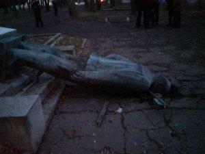 Фото: Пам'ятник Леніну завалили в Шишаках та Диканьці (фото)