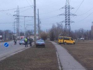 Фото: Народні новини.  У Полтаві з автомобіля-учасника ДТП зняли сині номерні знаки