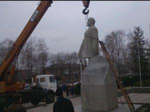 Фото: Відео. У Семенівці під час демонтажу пам'ятника Леніну у вождя відлетіла голова