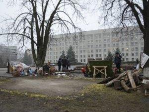 Фото: Біля Полтавської облдержадміністрації прибрали намет (+фото)