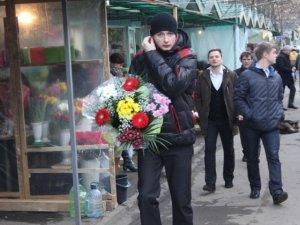 Фото: Полтава у переддень 8 Березня: чоловіки розкуповують квіти (фото)
