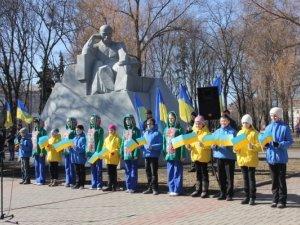 Міська влада з полтавцями принесли квіти до пам'ятника Шевченку (фоторепортаж)