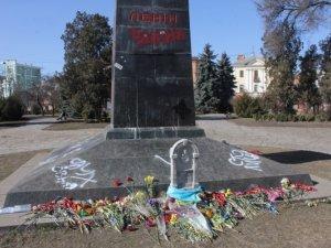 Фото: Фотофакт. У Полтаві обписали постамент пам'ятнику Леніну