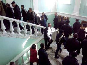 Фото: Сесія Полтавської міськради не відбулась: у залі до 100 майданівців, та 5 депутатів (оновлено)