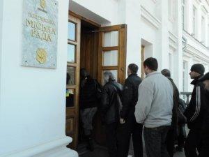 Фото: Фоторепортаж. У Полтаві на анонсовану сесію міськради не прийшли більшість депутатів