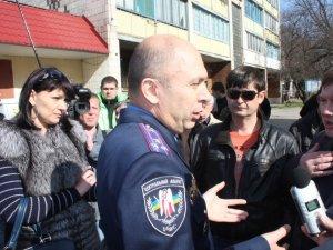 Фото: Пікет біля будівлі УМВС Полтавщини: Іван Корсун запропонував мітингувальникам почекати