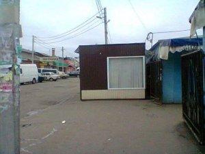 Фото: У Полтаві серед тротуару встановили кіоск (фотофакт)