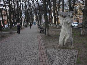 До 205-річчя від дня народження Гоголя: як нині у Полтаві виглядають  скульптури  гоголівських героїв