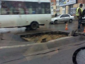 Фото: На центральній вулиці Полтави утворилося провалля