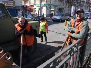 Фото: У рамках двомісячника чистоти комунальники у Полтаві пиляють дерева та вивозять сміття тоннами