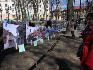"""Фото: У центрі Полтави всі бажаючі могли повісити свої фото """"На мотузку"""" на виставці"""