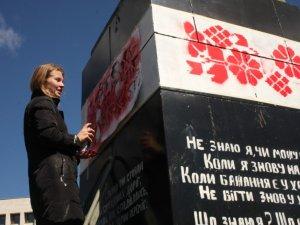 Фото: У Полтаві постамент з-під Леніна продовжують прикрашати (фото)