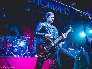 Фото: У Полтаві на концерті «O.Torvald» дівчині прямо на сцені набили татуювання