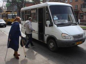 Фото: Фото. Будні полтавців: 8 квітня подорожчав  проїзд в громадському транспорті