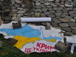 Фото: У Полтаві затримали сепаратиста, який зірвав плакат за єдину Україну