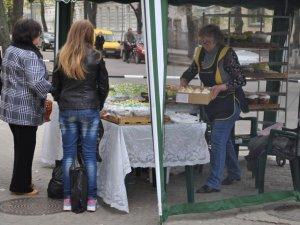 Фото: У передвеликодній день у Полтаві хтось кошик тільки готує, а хто – вже освячує паски