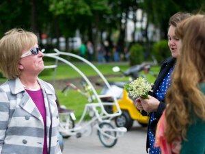 Фото: Учасниці флешмобу жіночності подарували квіти перехожим. Фоторепортаж