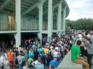 Фото: Фінал Кубка України: черга уболівальників за квитками зросла