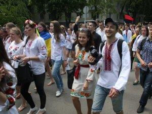Фото: Близько тисячі полтавців взяли участь у мегамарші у вишиванках