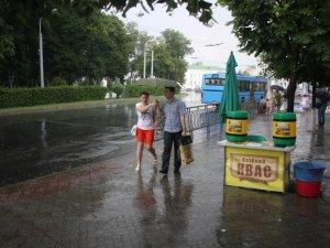 Фото: Злива у Полтаві: як перехожі ховались від дощу (фото)