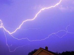 Фото: У Полтаві прогнозують блискавку: поради як уберегтись