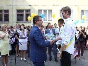 Фото: Олександр Вілкул на церемонії останнього дзвоника: Україні потрібне оновлення. Слово за молоддю