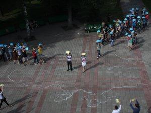Фото: Полтавці відтворювали карту України і збирали гроші на лікування дитині (фото)
