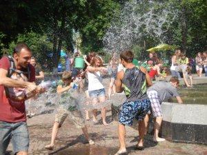 Фото: Полтавська водяна битва – полтавці обливали одне одного водою