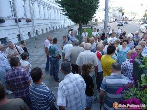 Фото: Біля Полтавської  міськради знову зібрались мітингувальники