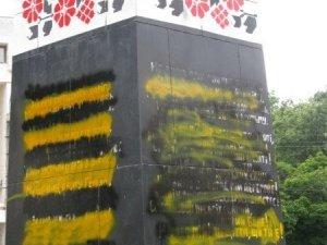 Фото: У Полтаві розмалювали пам'ятник  Небесній сотні: що загрожує вандалам