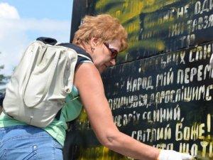 З пам'ятника Небесній сотні у Полтаві змили георгіївську стрічку (фото, відео)