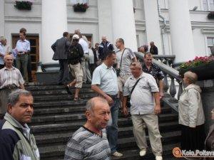 Фото: Мітинг у Полтаві: активісти залишили плакати і пішли в будівлю міськради