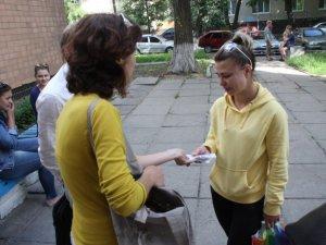 Фото: Полтавці допомогли біженці з Луганська речами та грошима