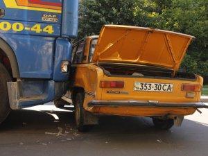 Фото: Народні новини. У Полтаві вантажівка протаранила легковий автомобіль (фото)