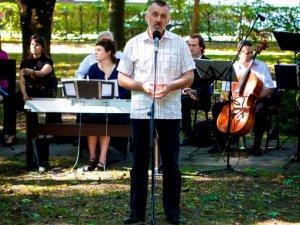 Фото: У Полтаві на Кадетаріумі грав оркестр, читали вірші та кидали в Путіна яйцями