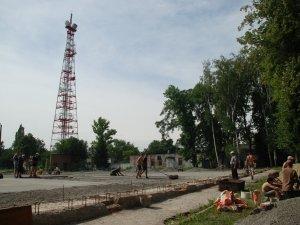Фото: Студенти самі для себе у Полтаві будують спортивний майданчик