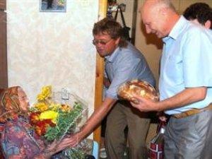 Фото: Жінку з Полтавщини привітали зі 100-річчям