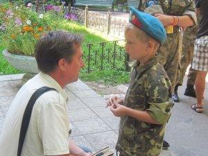 У Полтавському госпіталі перед пораненими військовими виступили юні десантники