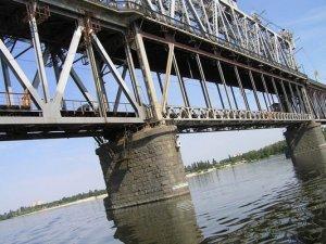 Фото: У Кременчуці  хлопець кинувся з Крюківського мосту