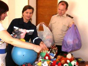 Фото: Полтавські рятувальники збирають речі та іграшки для дітей зі Сходу