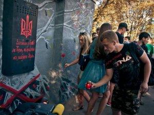 На графіті-меморіалі загиблим Героям України замість таблички - щит майданівця