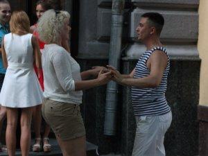 Фото: Фоторепортаж. У Полтаві на вулиці танцювали сальсу