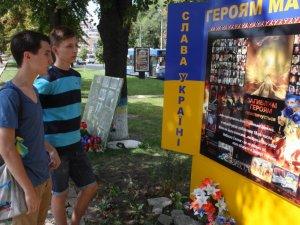 Фото: У Полтаві встановили тимчасовий меморіал пам'яті Небесної сотні (фото)