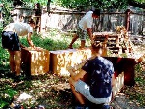 Фото: Полтавці майстрували будки для безпритульних собак (фото)