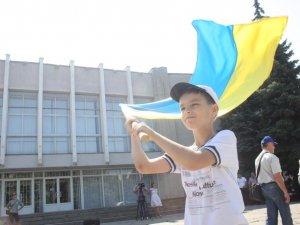 «Вірменобандерівці» з Полтави передали в зону АТО власноруч пошитий прапор