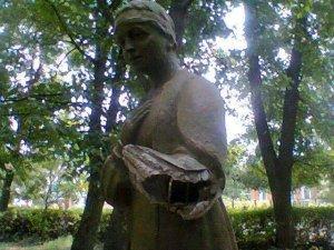 Фото: У Диканьці на Полтавщині розтрощили пам'ятники героям Миколи Гоголя