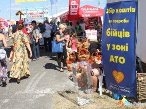 Фото: Щодня на Сорочинському ярмарку оголошуватимуть суму, зібрану для сил АТО