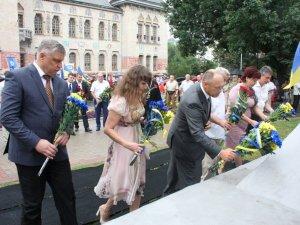 День Незалежності. У Полтаві принесли до пам'ятників жовто-сині квіти (фото)