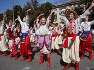 """Фото: На параді """"Полтава вишивана"""" в небо запустили прапор України"""