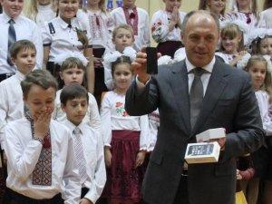 Фото: Мер Полтави подарував учаснику шоу «Голос.Діти» iPhone 5s